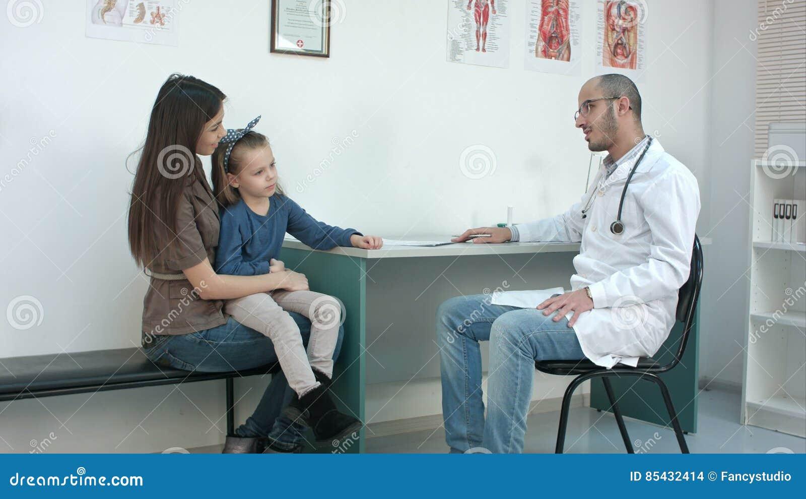 Adolescentes Porno Casero madre joven y su niña linda que tienen cita con el pediatra de sexo  masculino.