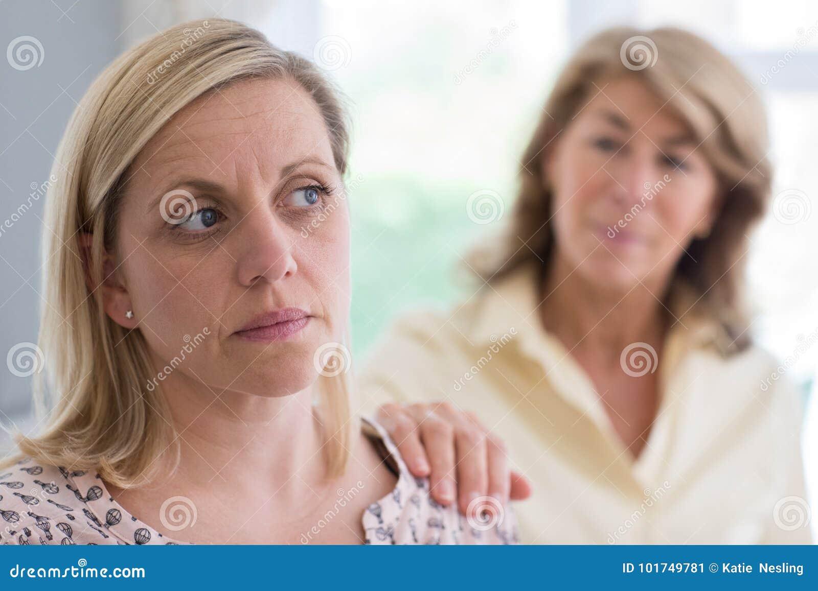 Madre madura referida sobre hija adulta en casa