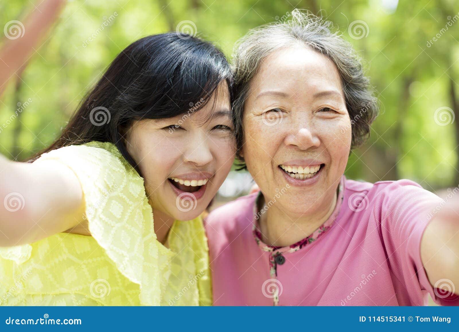 Madre mayor e hija que toman el selfie