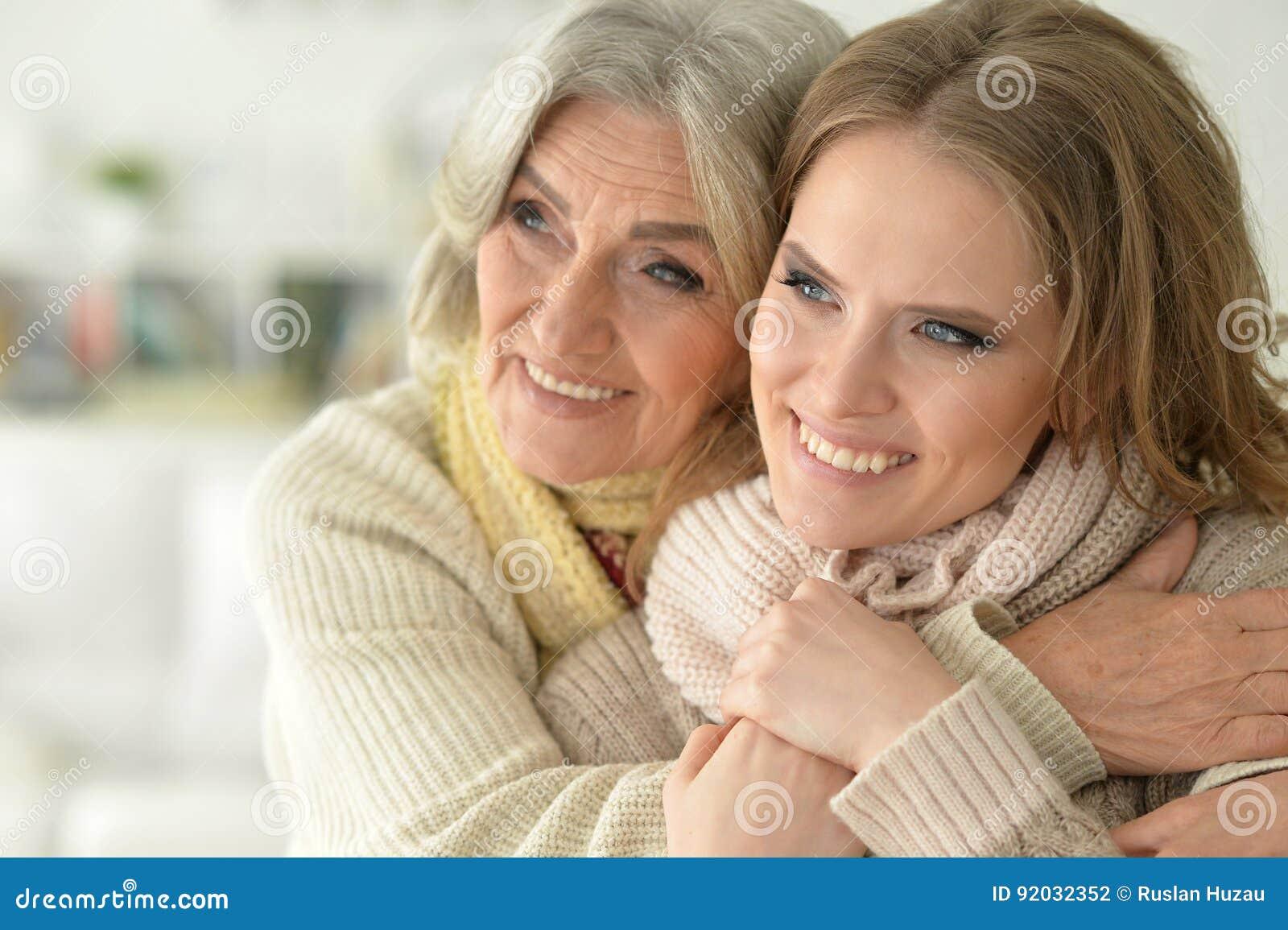 Madre mayor hermosa con una hija adulta