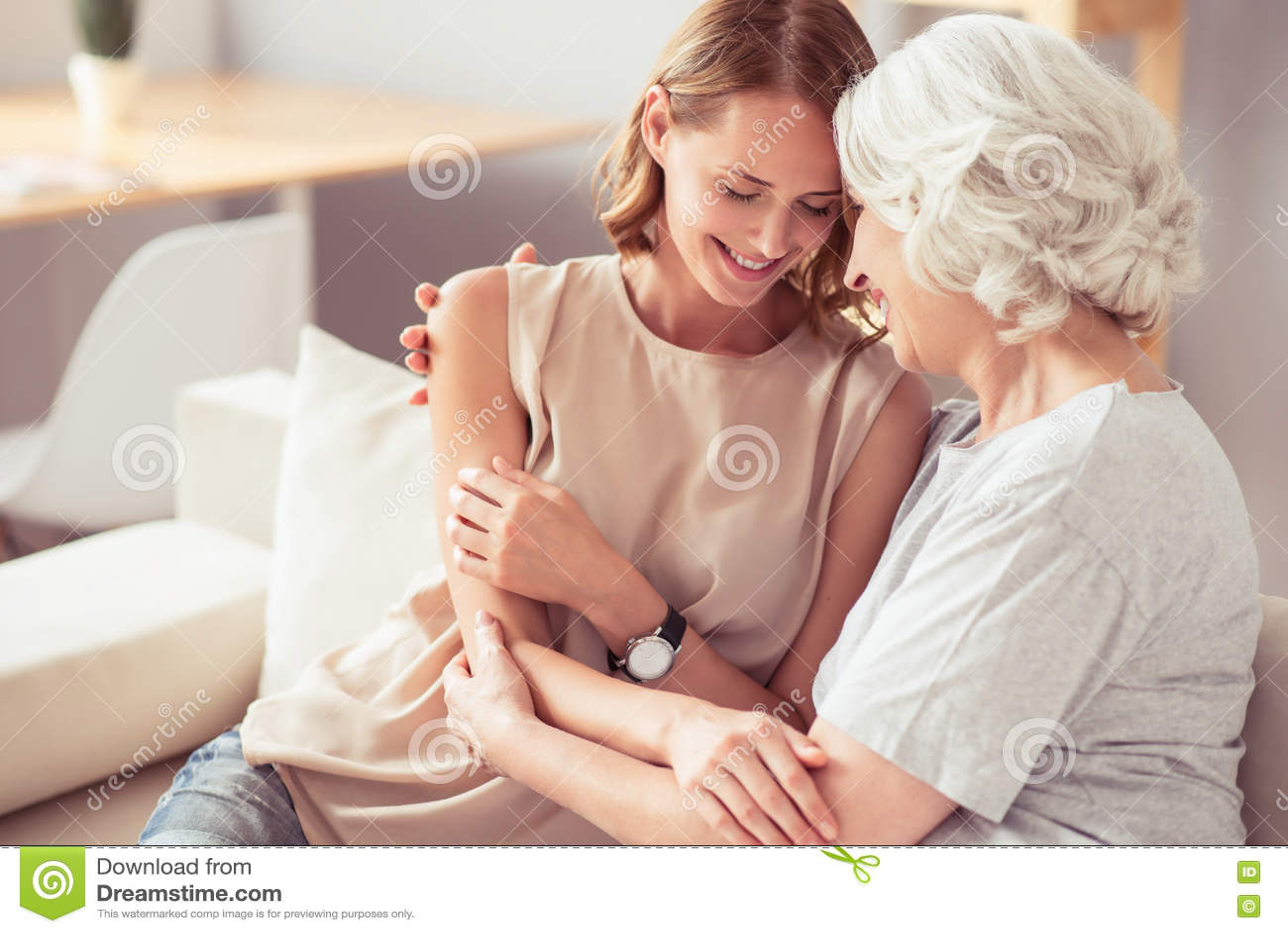 Madre mayor positiva y su abarcamiento de la hija