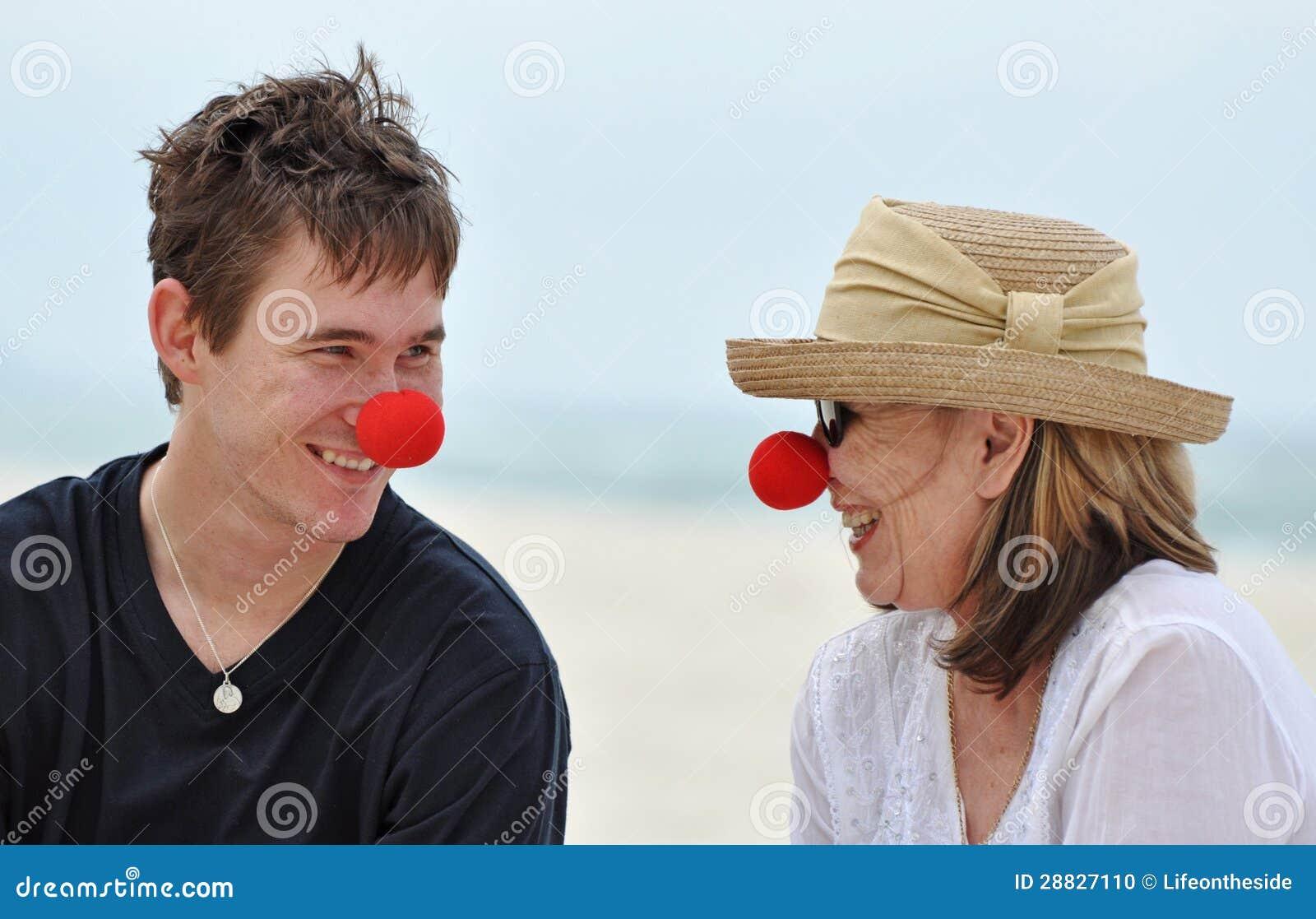 Una imagen íntima feliz de una madre madura con su hijo adulto que se ...