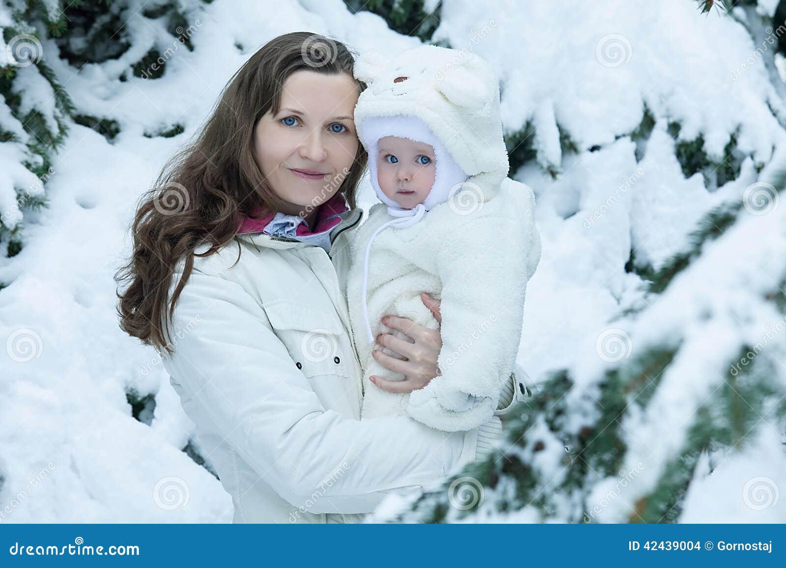 Madre morena joven con su hija