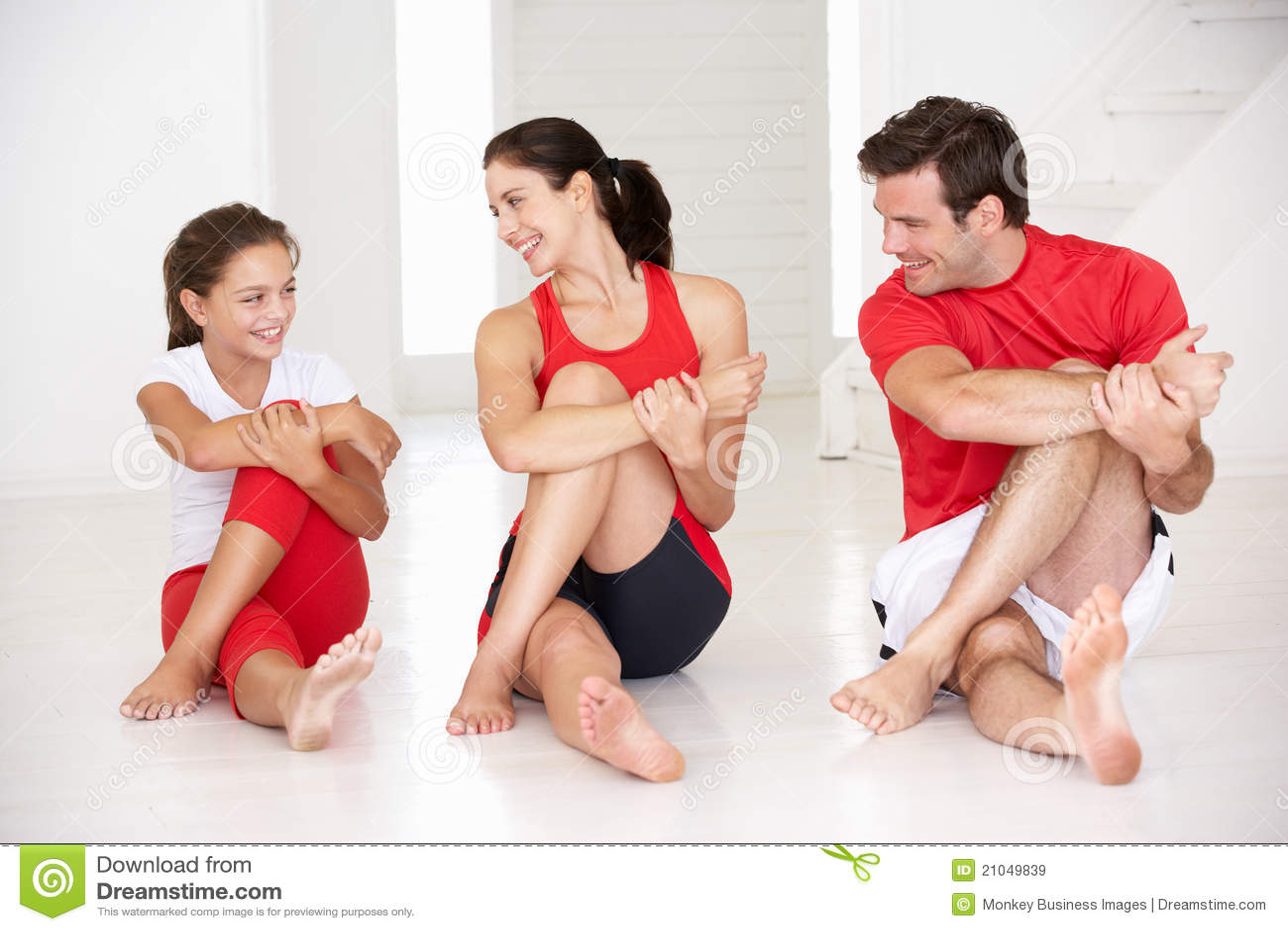 Madre, padre e hija haciendo yoga