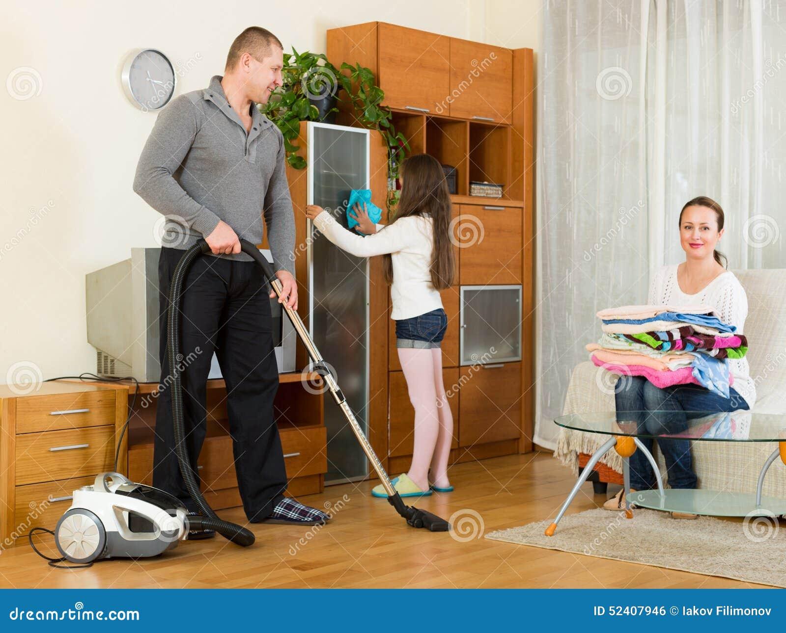 Madre padre y muchacha haciendo la limpieza general foto - Limpieza general de la casa ...