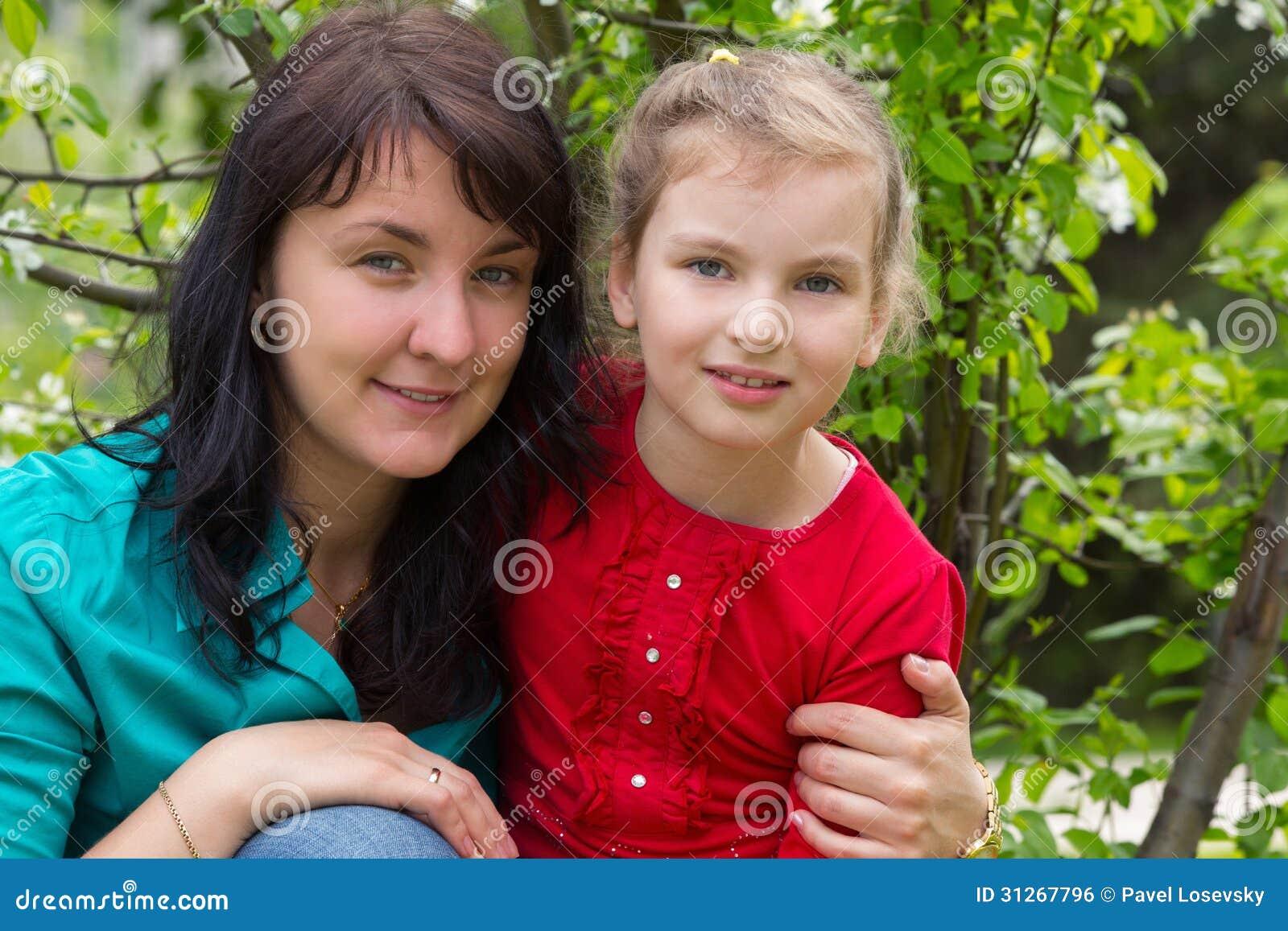 Madre que abraza a su hija