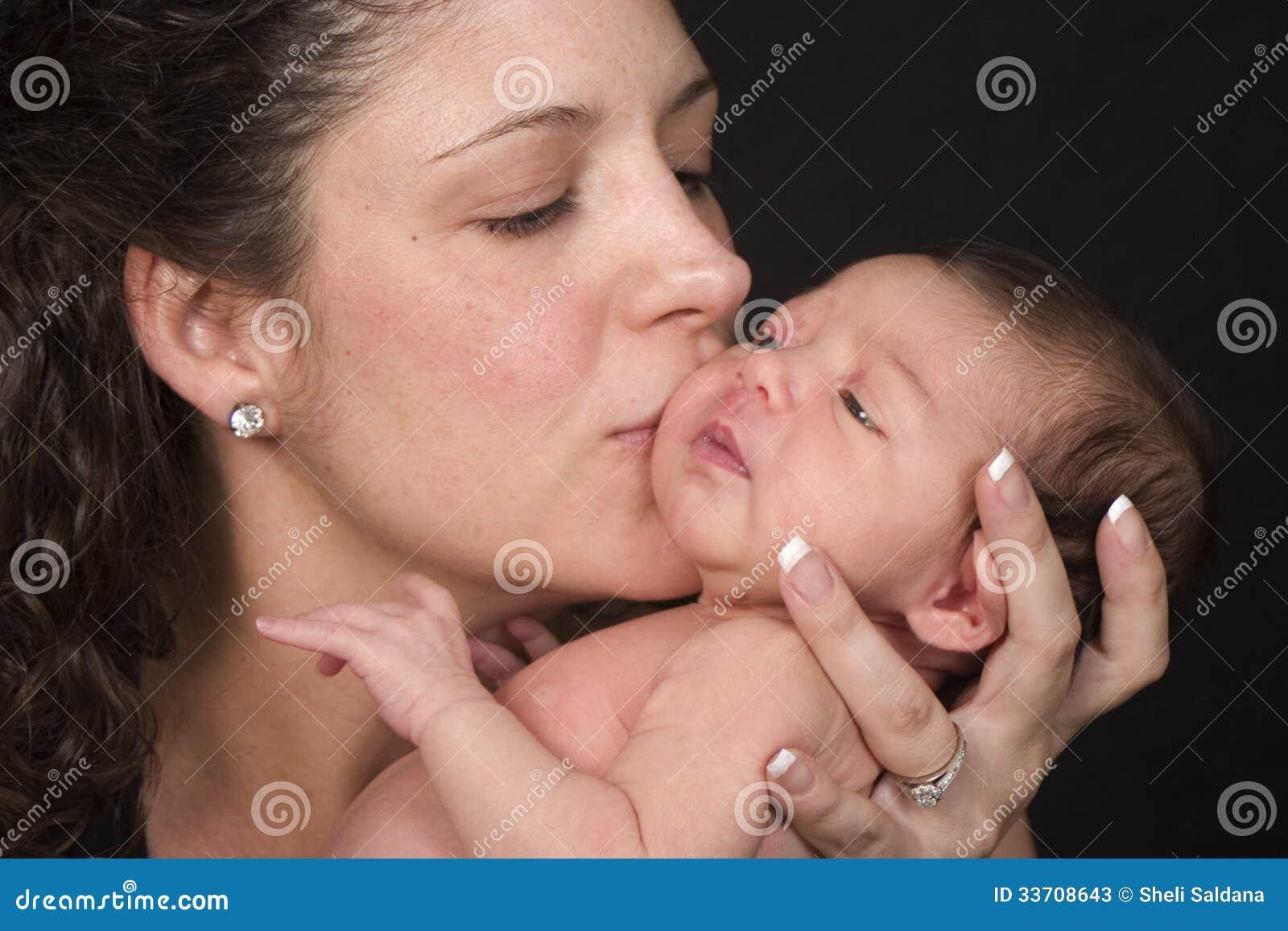 Madre que besa al bebé