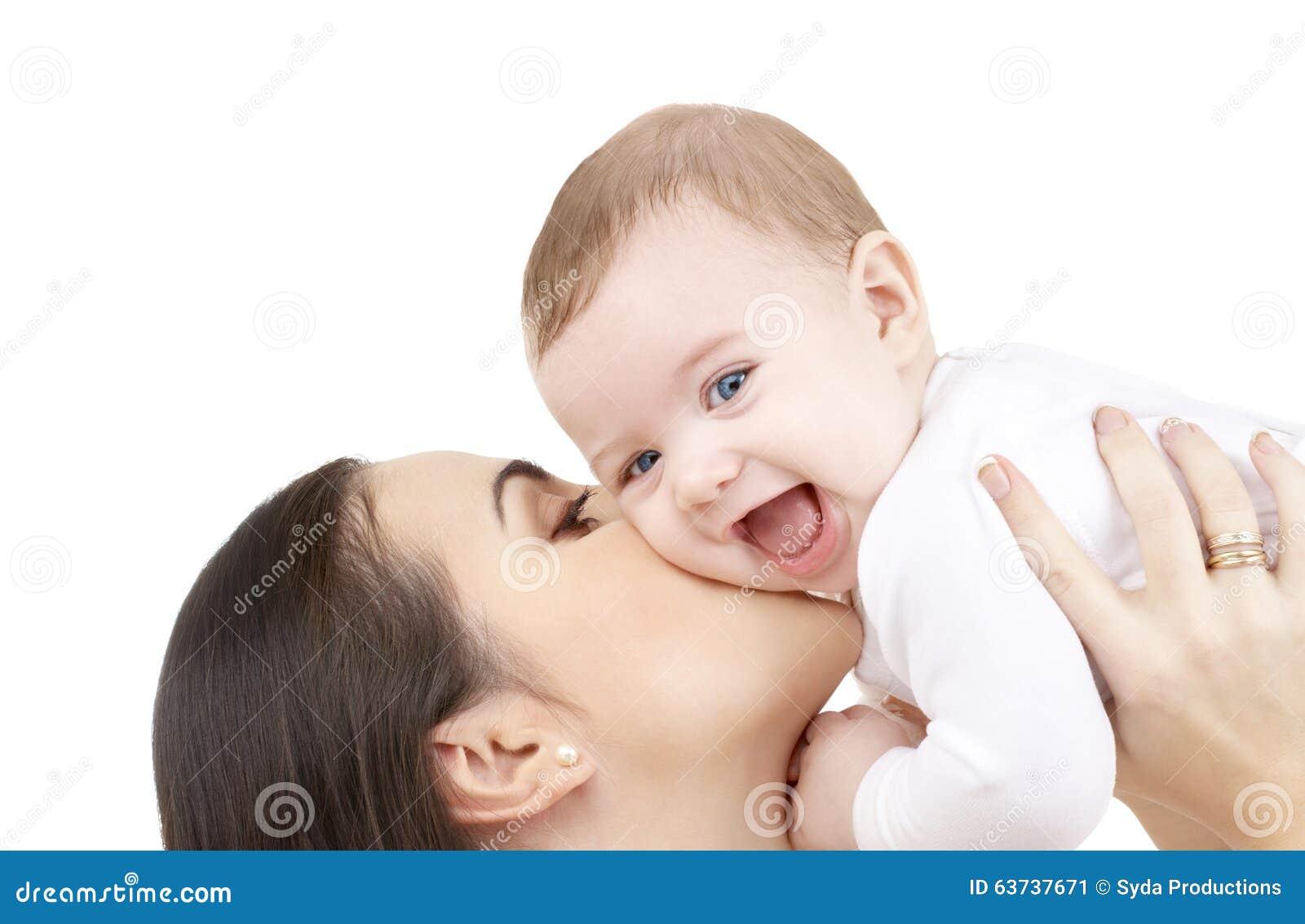 Madre que besa a su bebé