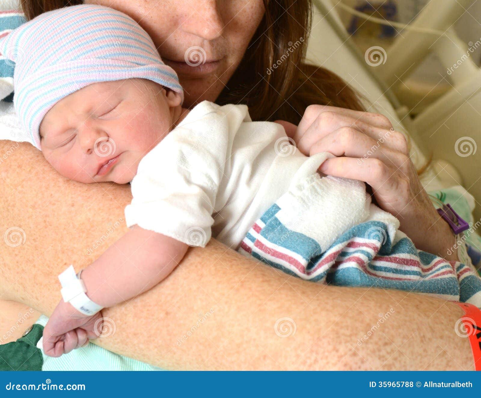 Madre que celebra al niño recién nacido en hospital