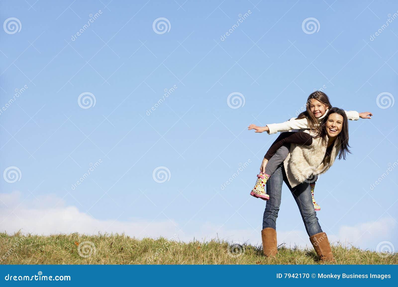 Madre que da su paseo el de lengüeta de la hija A