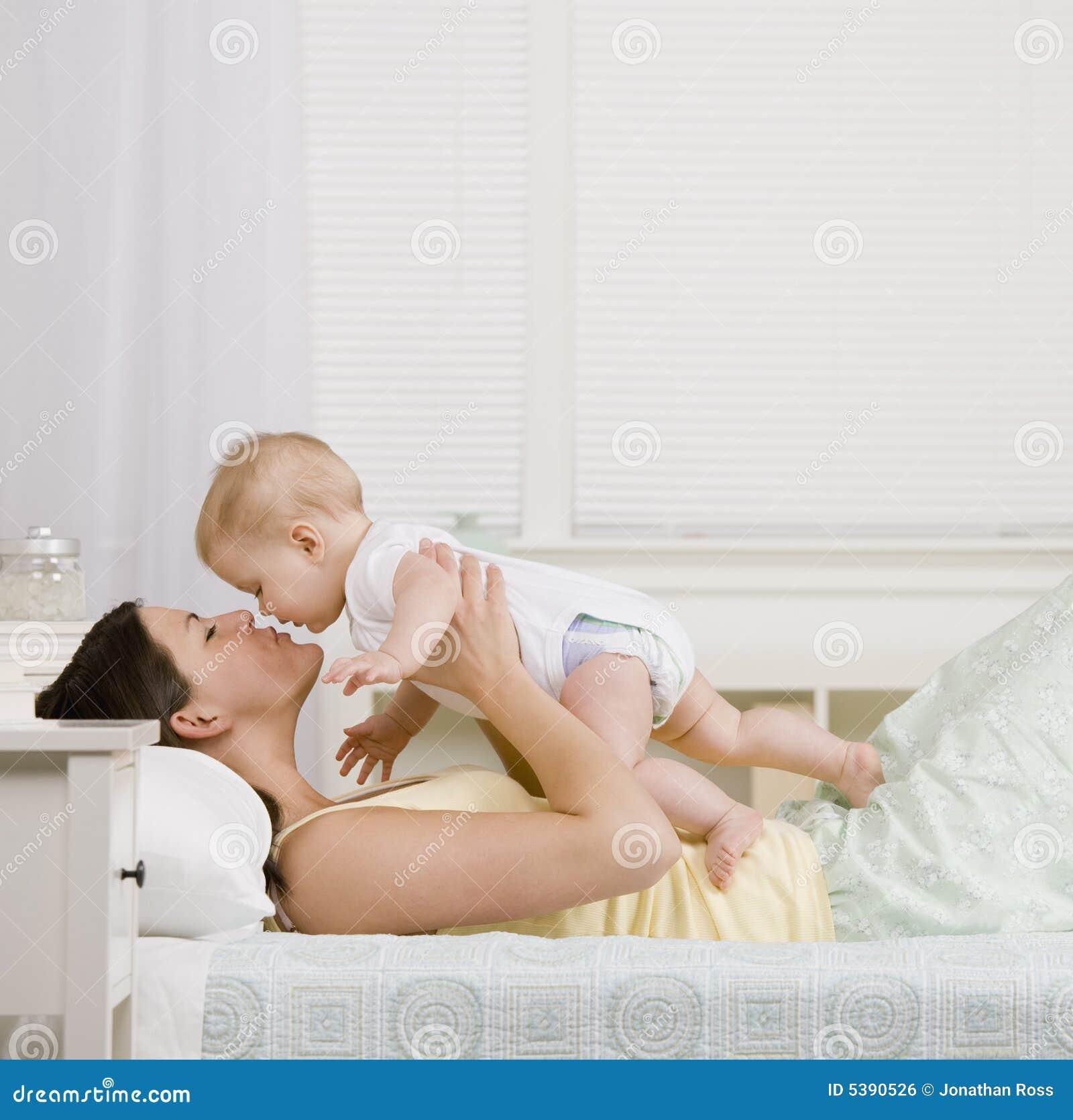 Madre que juega con el pequeño bebé