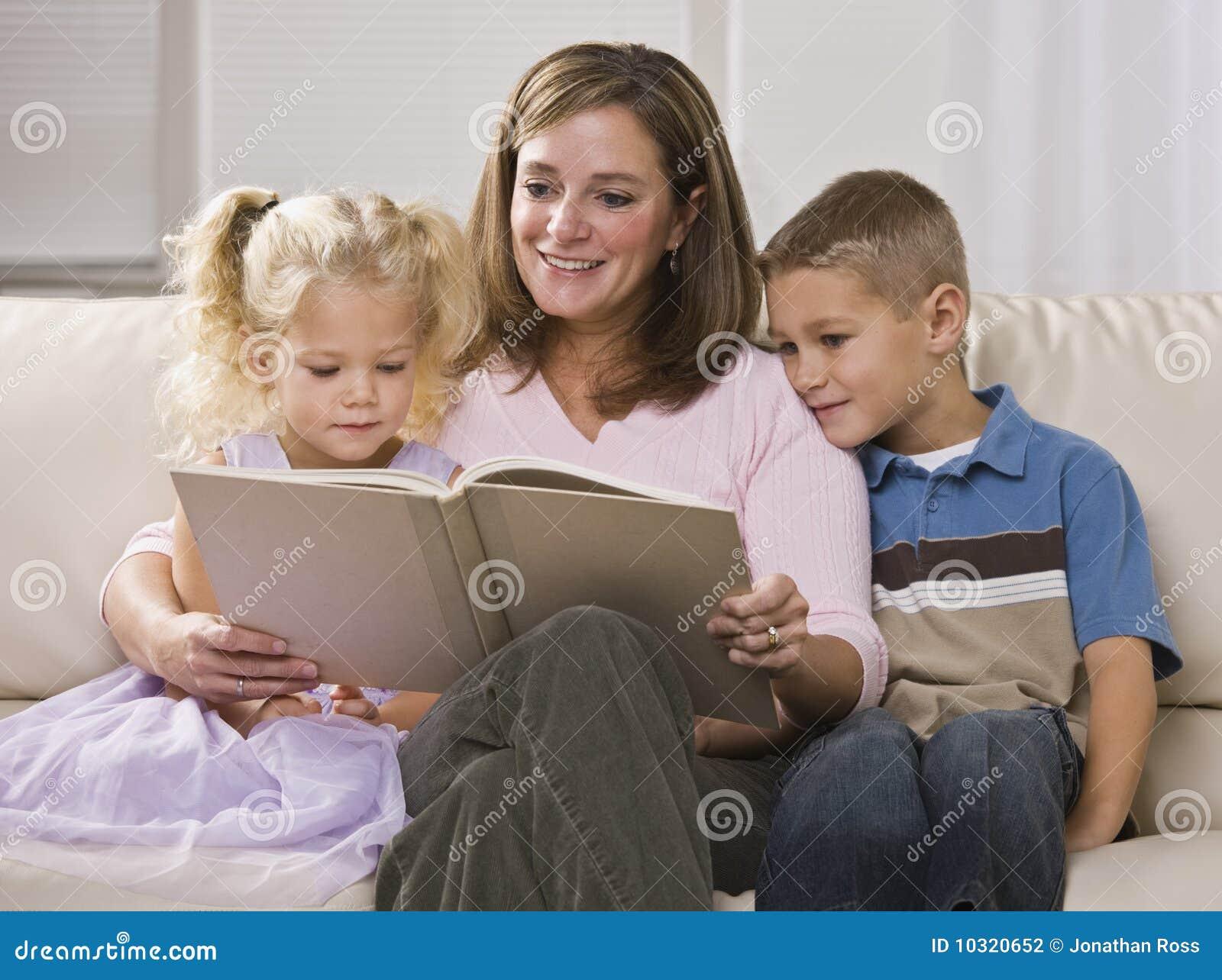 Madre que lee a los niños