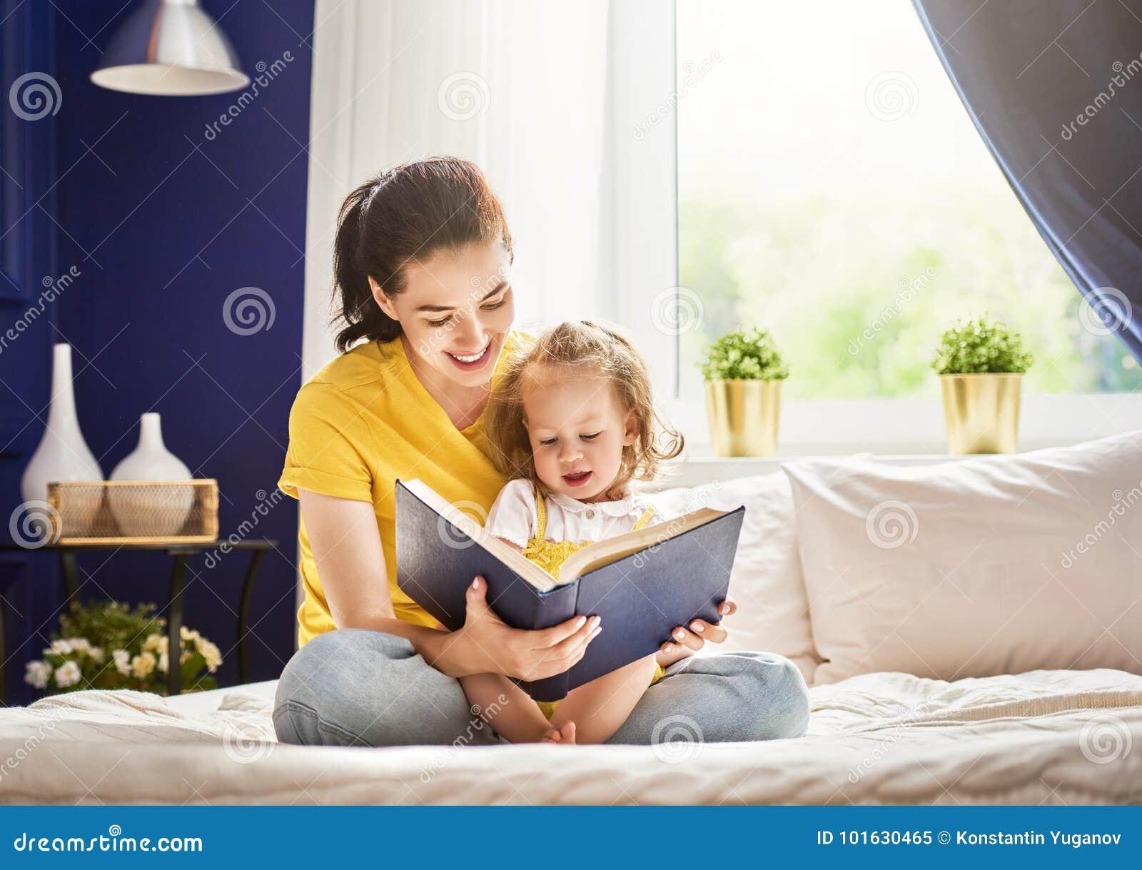 Madre que lee un libro