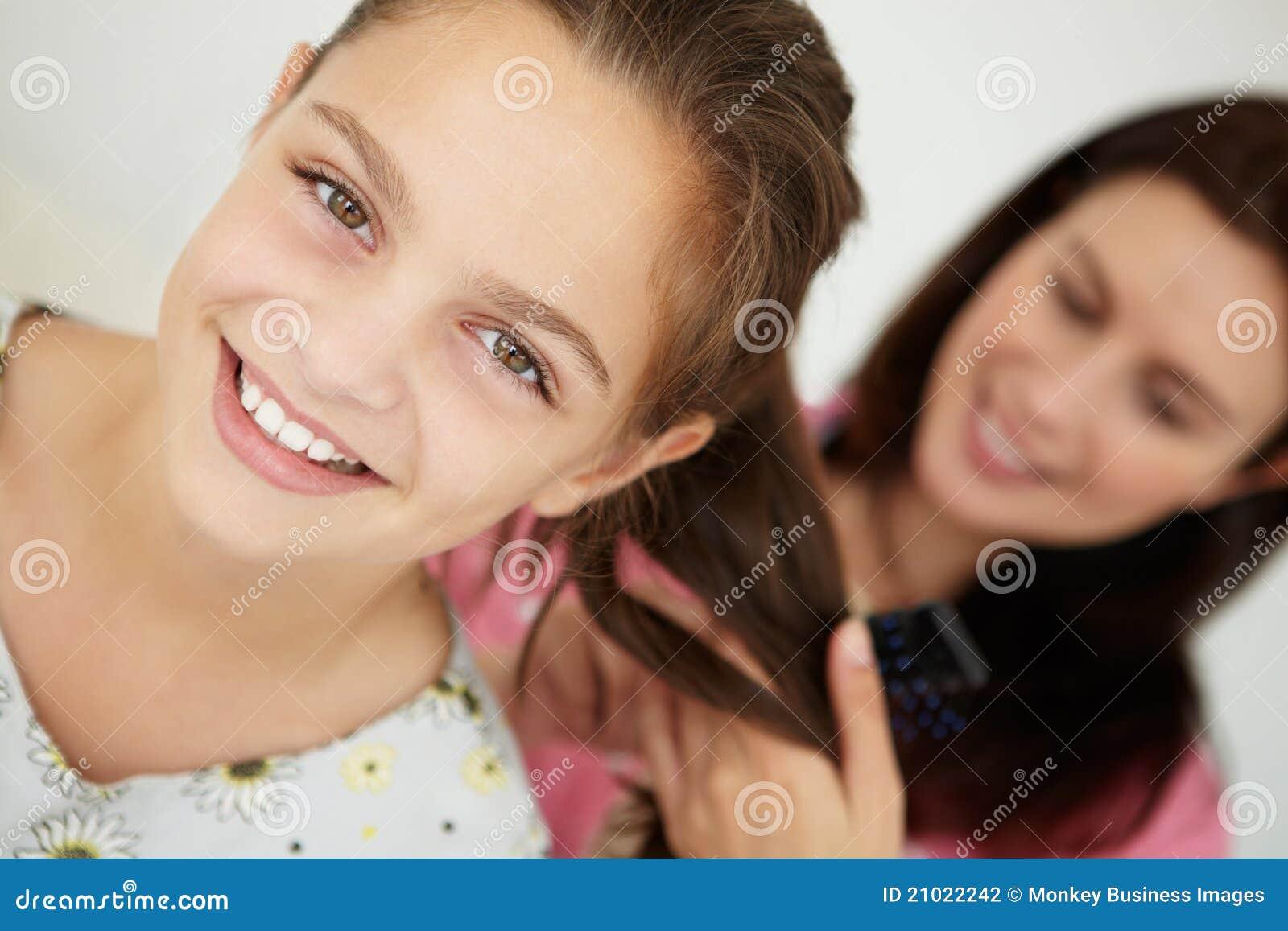Madre que peina el pelo de la hija