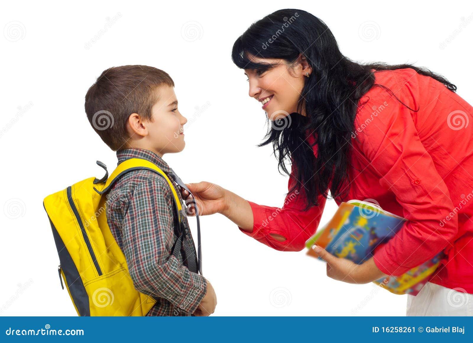 Madre que prepara al hijo para la escuela