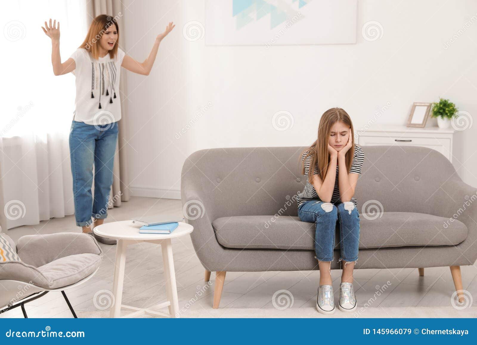 Madre que rega?a a su hija del adolescente