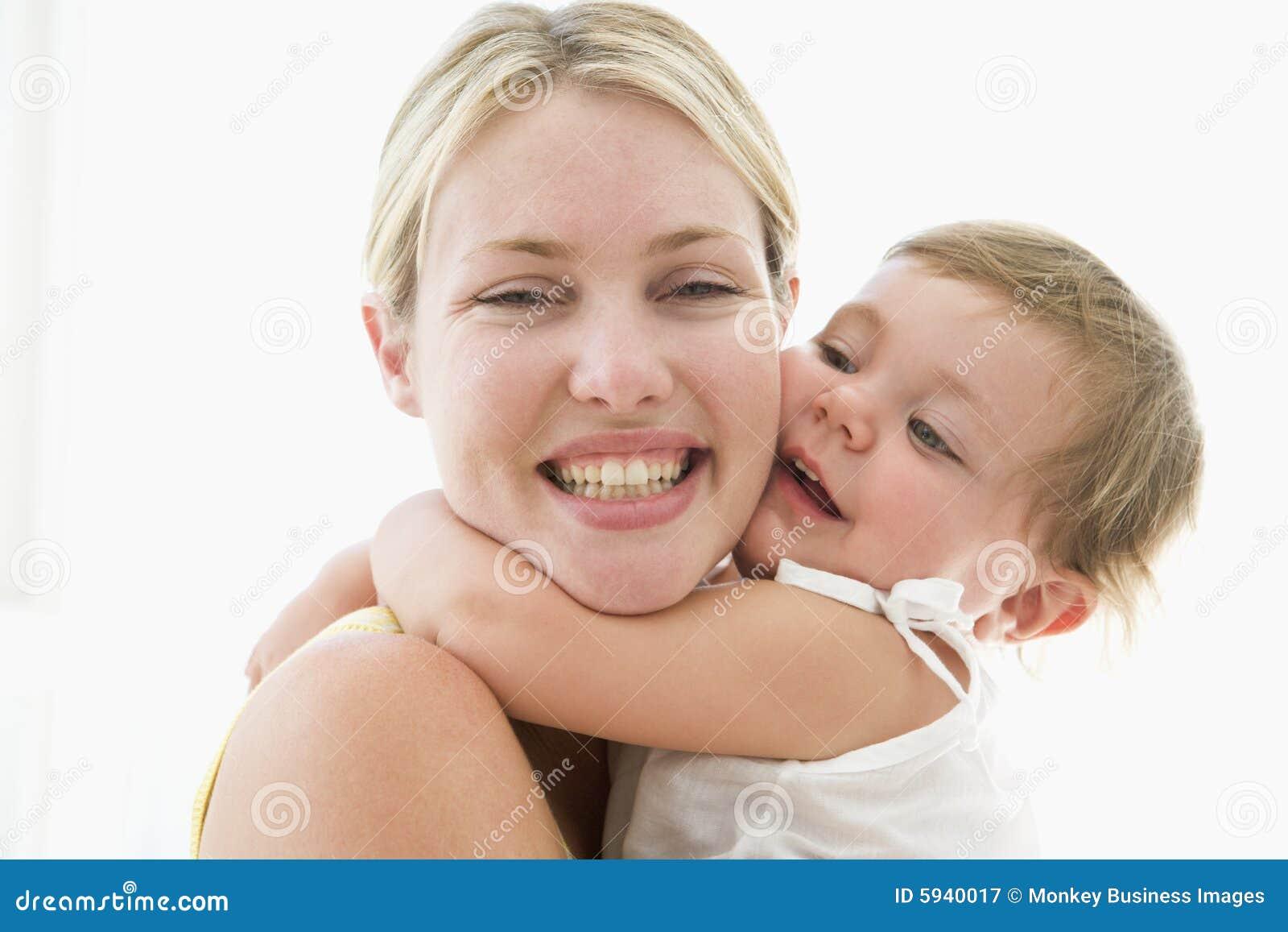 Madre y bebé dentro que abrazan