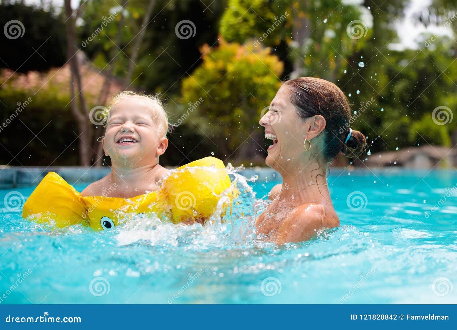 Madre y bebé en piscina