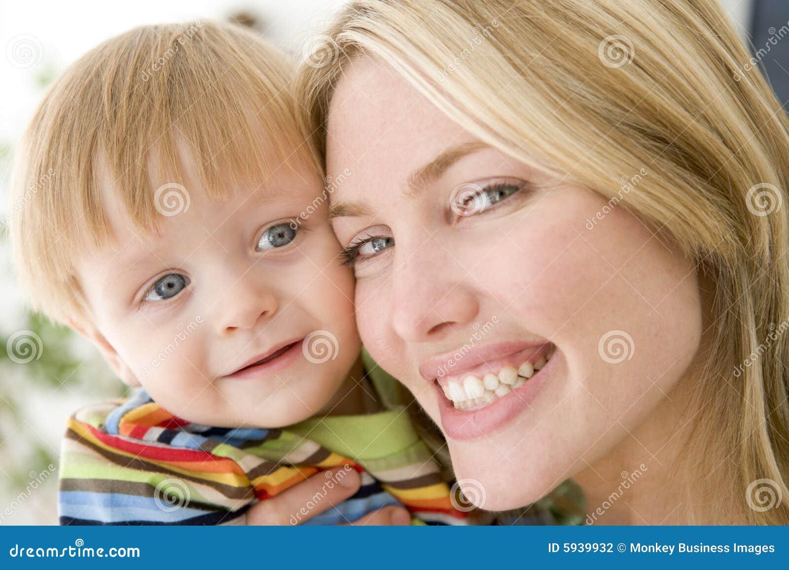 Madre y muchacho joven dentro
