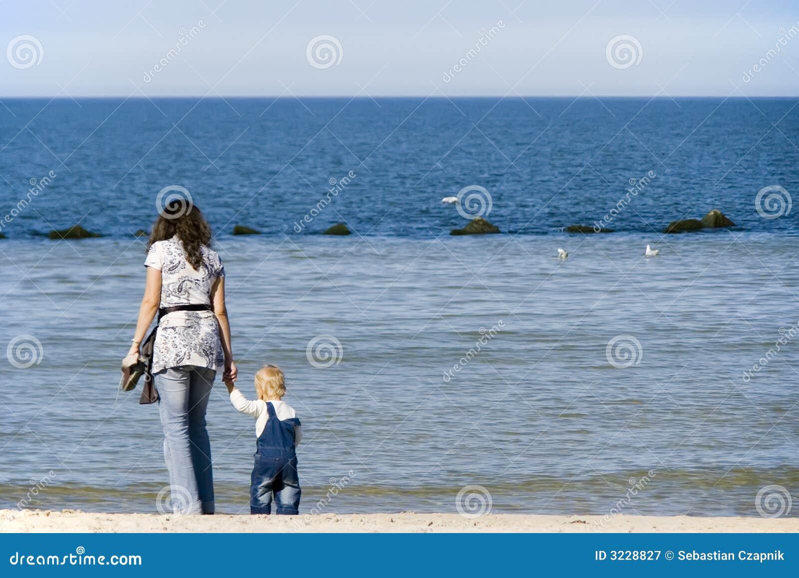 Madre y niño en el mar