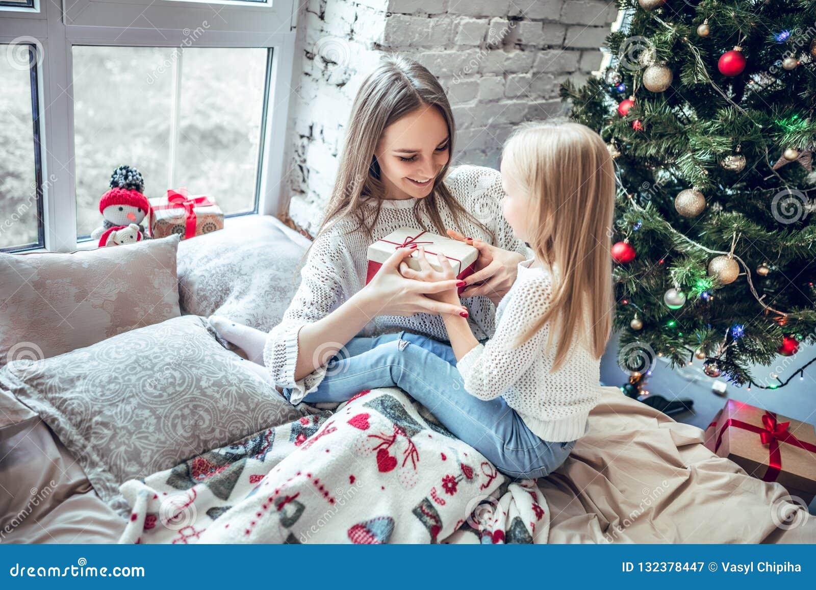 Madre y niño en el tiempo de la Navidad
