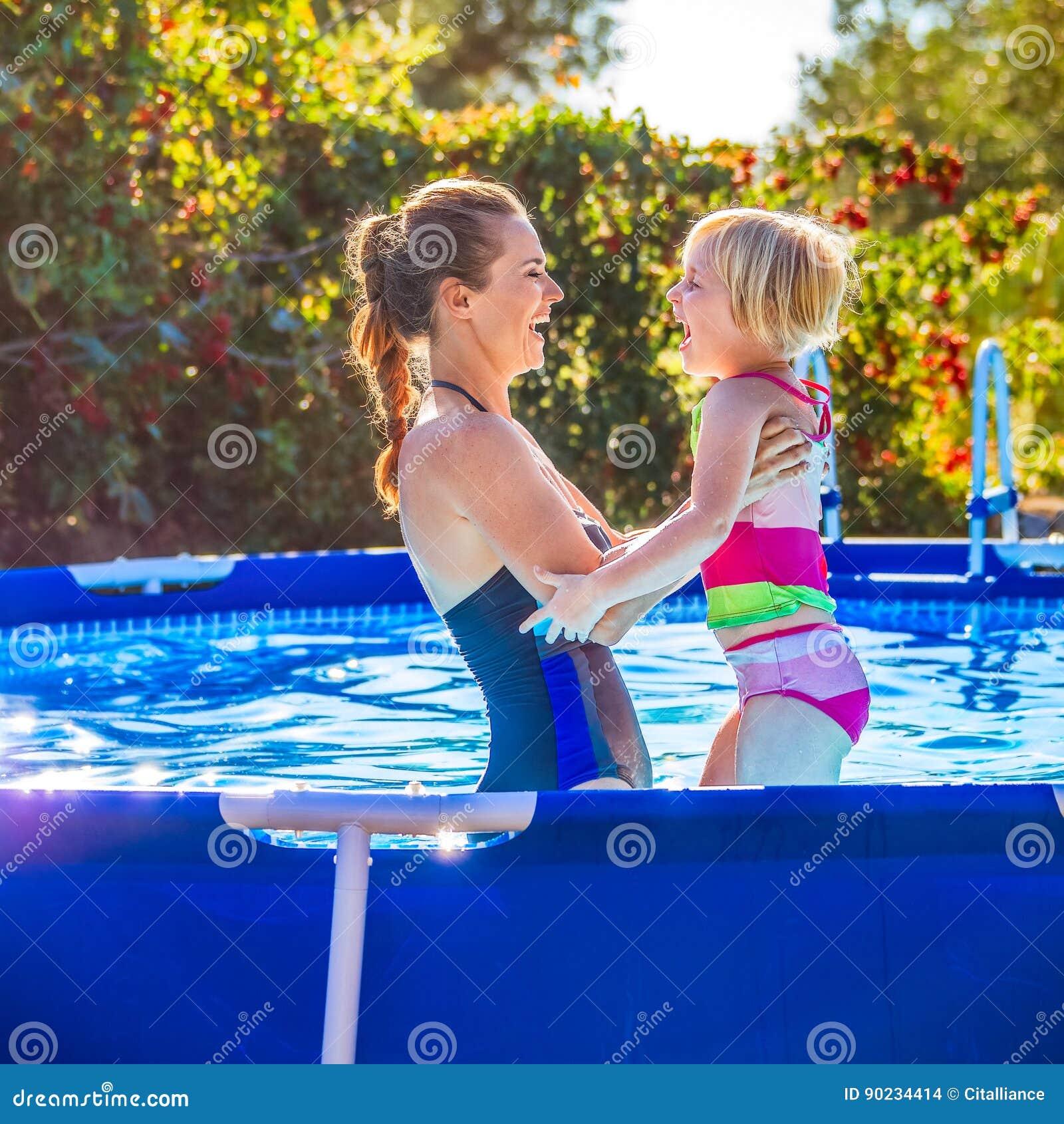 Madre y ni o sanos felices en jugar de la piscina foto de for Fotos en la piscina