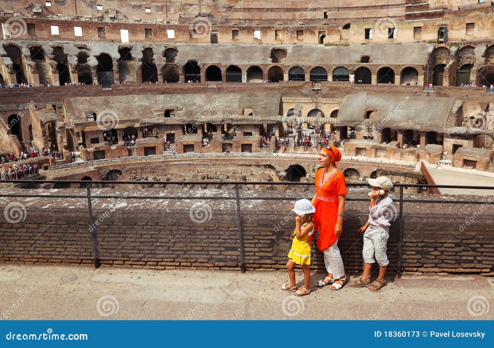 Madre y niños, colocándose en coliseo