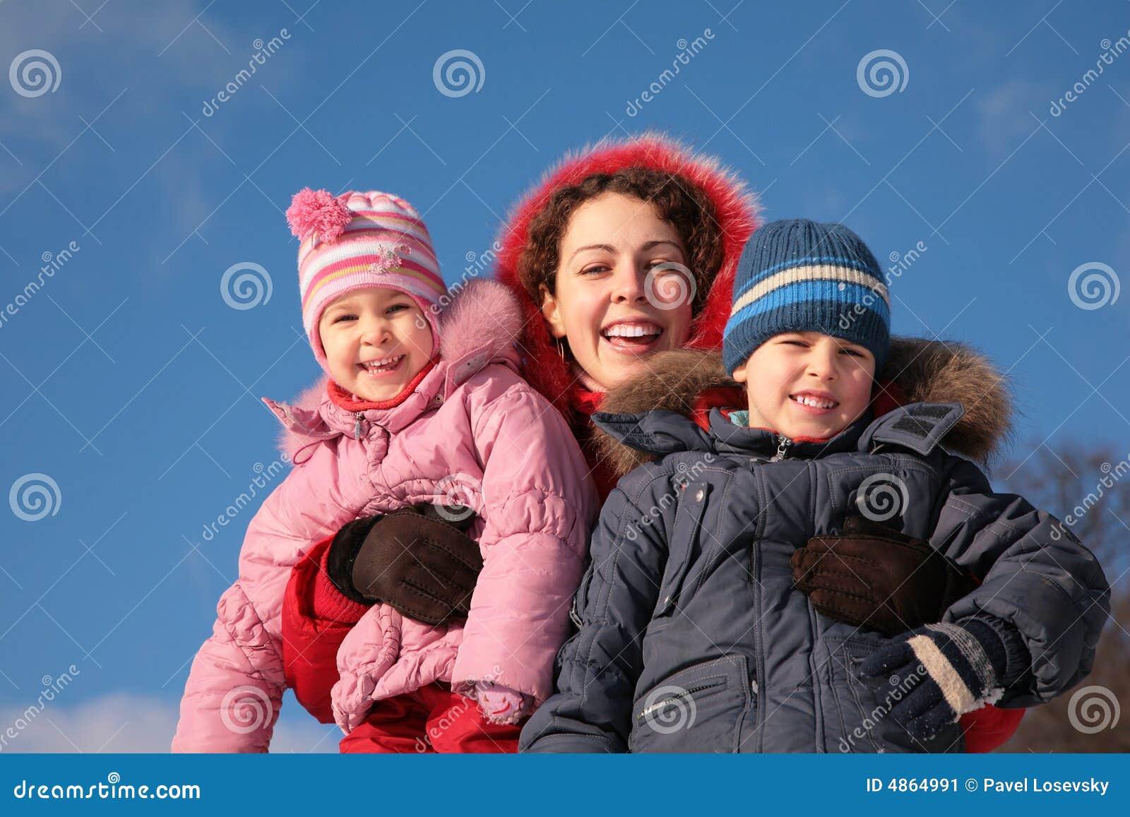 Madre y niños en invierno