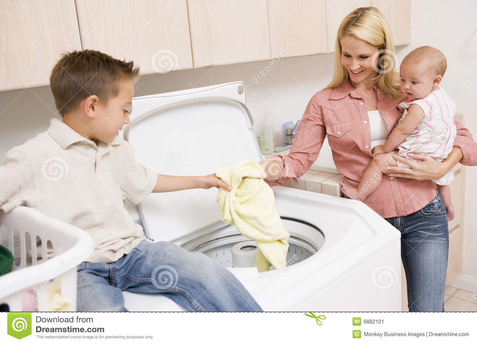 Madre y niños que hacen el lavadero