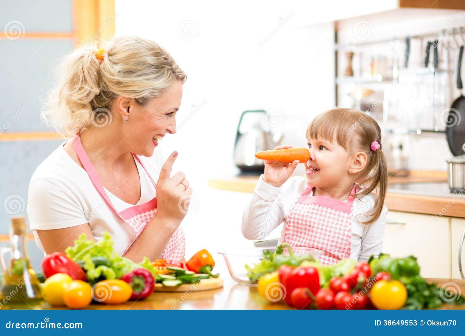 Madre y ni o que preparan la comida sana fotos de archivo for Cocinar comida sana