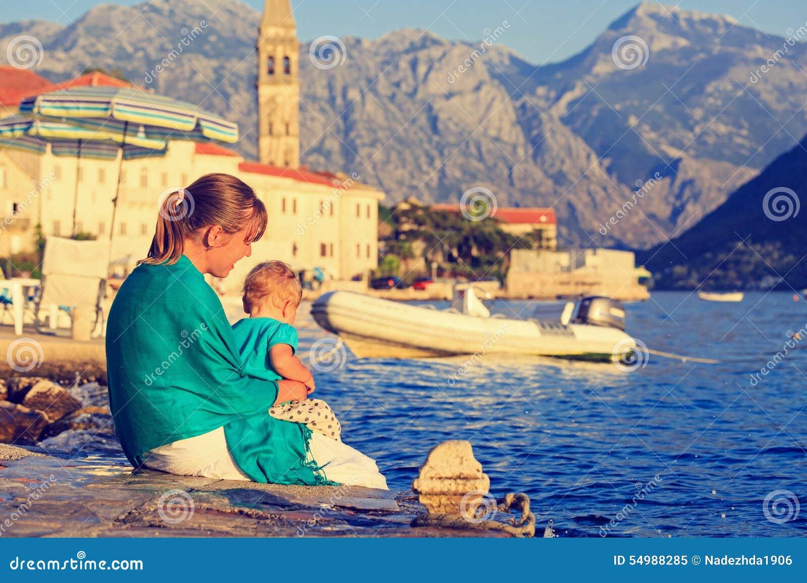 Madre y pequeña hija en el verano Perast