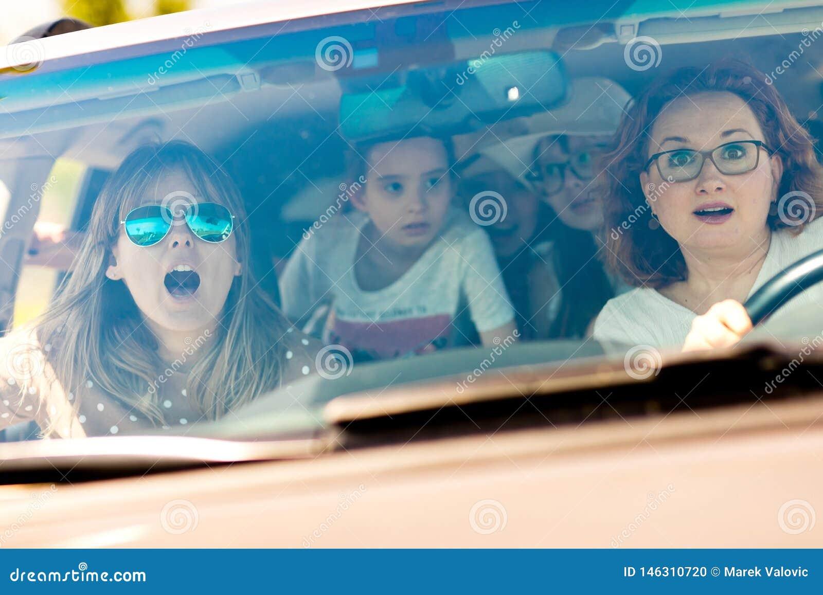 Madres con las hijas asustadas en automotriz asustado por accidente entrante