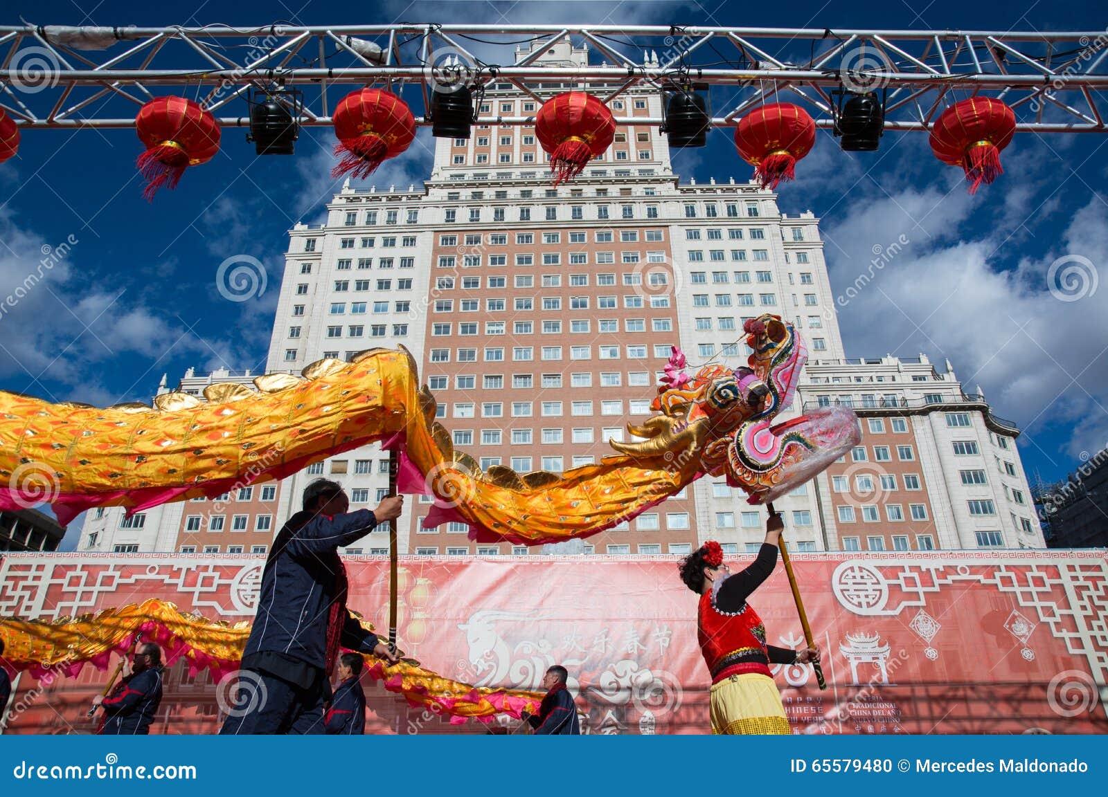 02/21/2015, Madri, Espanha Dança do dragão no ano novo chinês