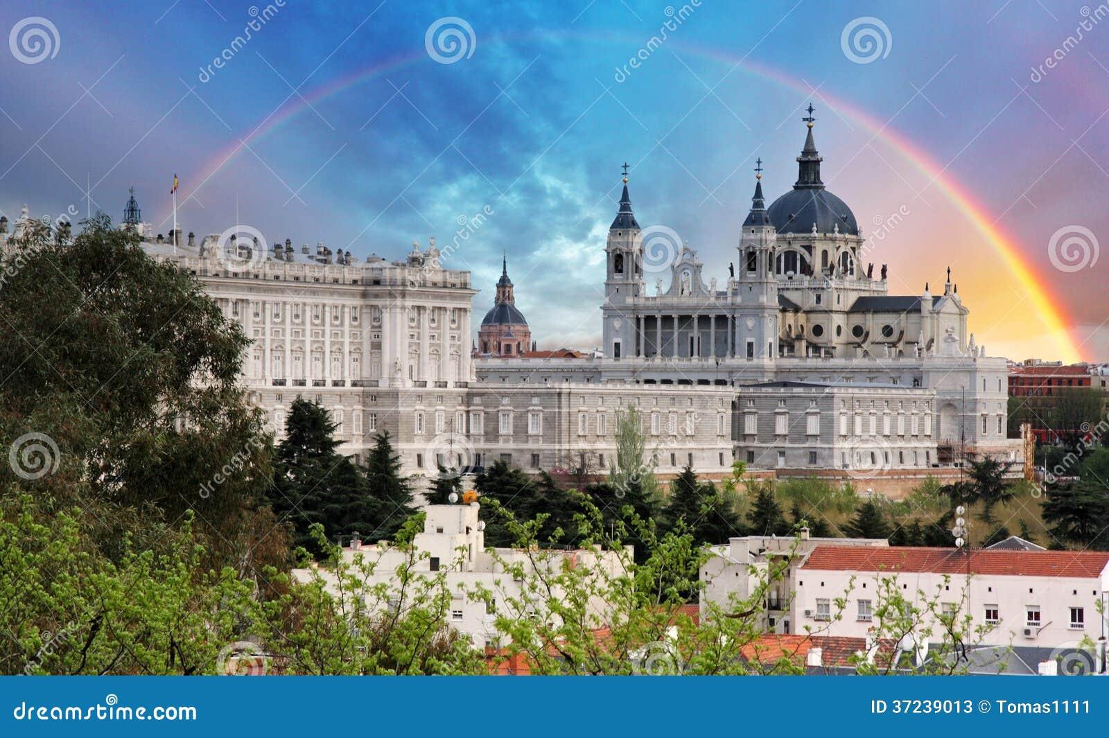 Madrid Almudena Cathedral med regnbågen, Spanien
