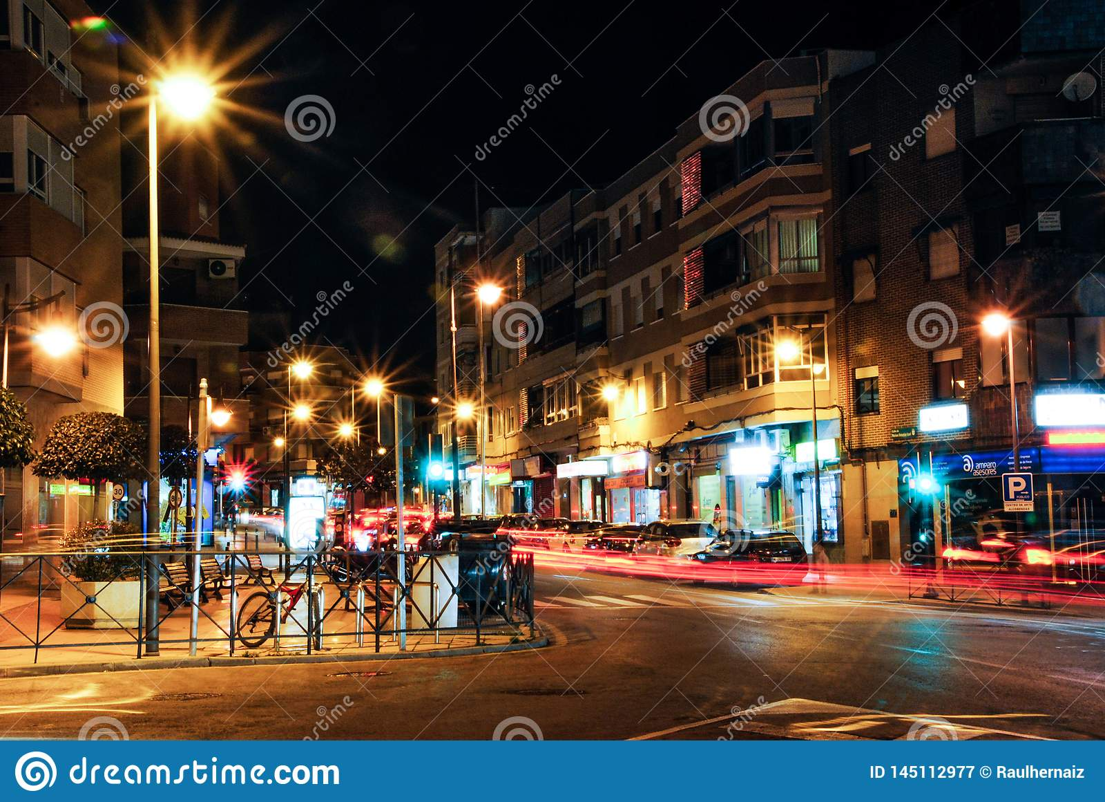 Madrid, Espagne Janvier, 2014 31?me Vue de rue de nuit utilisant la longue technique d exposition Combinaison gentille des lumi?r