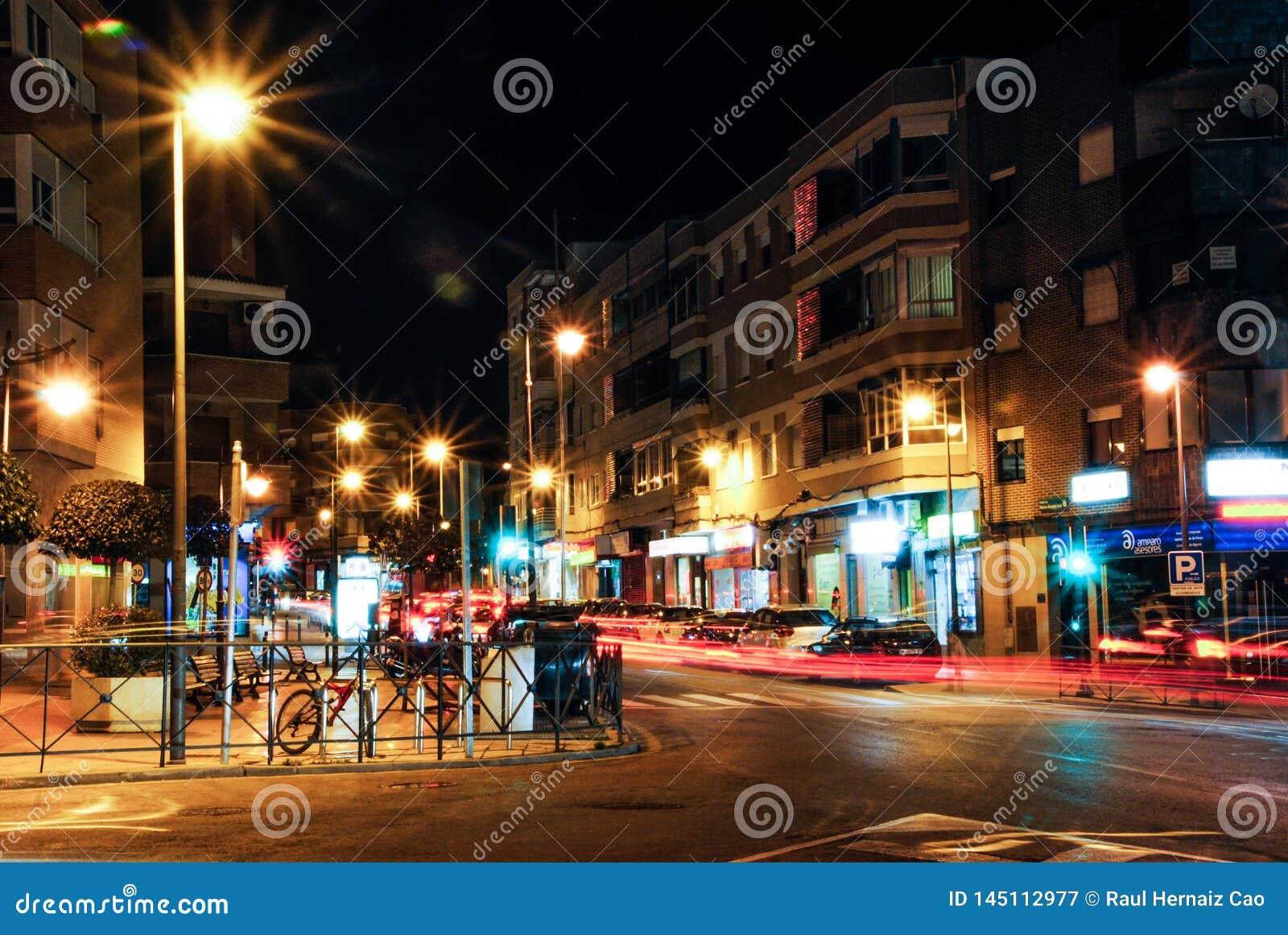 Madrid, Spagna Gennaio, trentunesimo del 2014 Vista della via di notte facendo uso della tecnica lunga di esposizione Combinazion