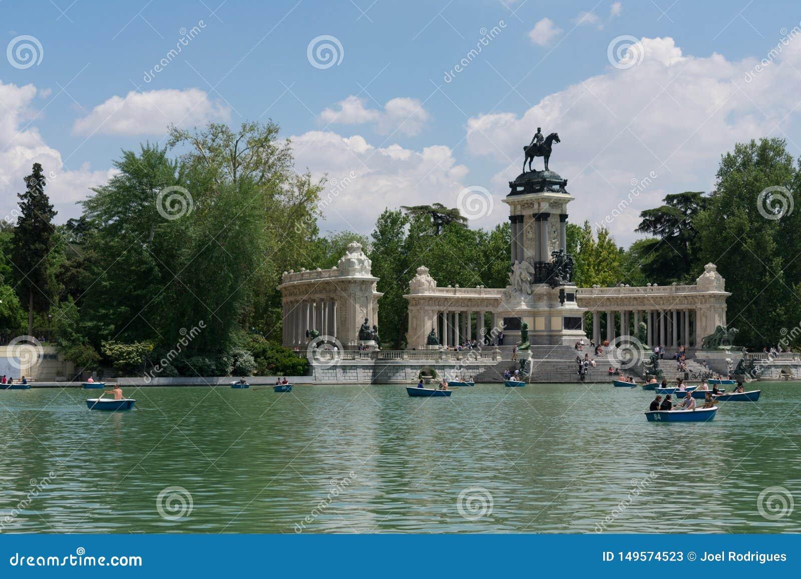 Madrid, Spagna - 13 maggio 2018: La gente che prende le barche sul lago Parque del Buen Retiro