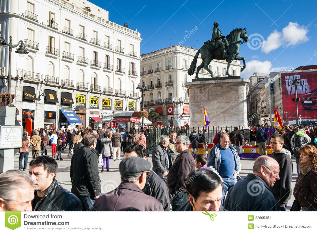 Madrid editorial photo image of statue flag life walk for Hospedaje puerta del sol