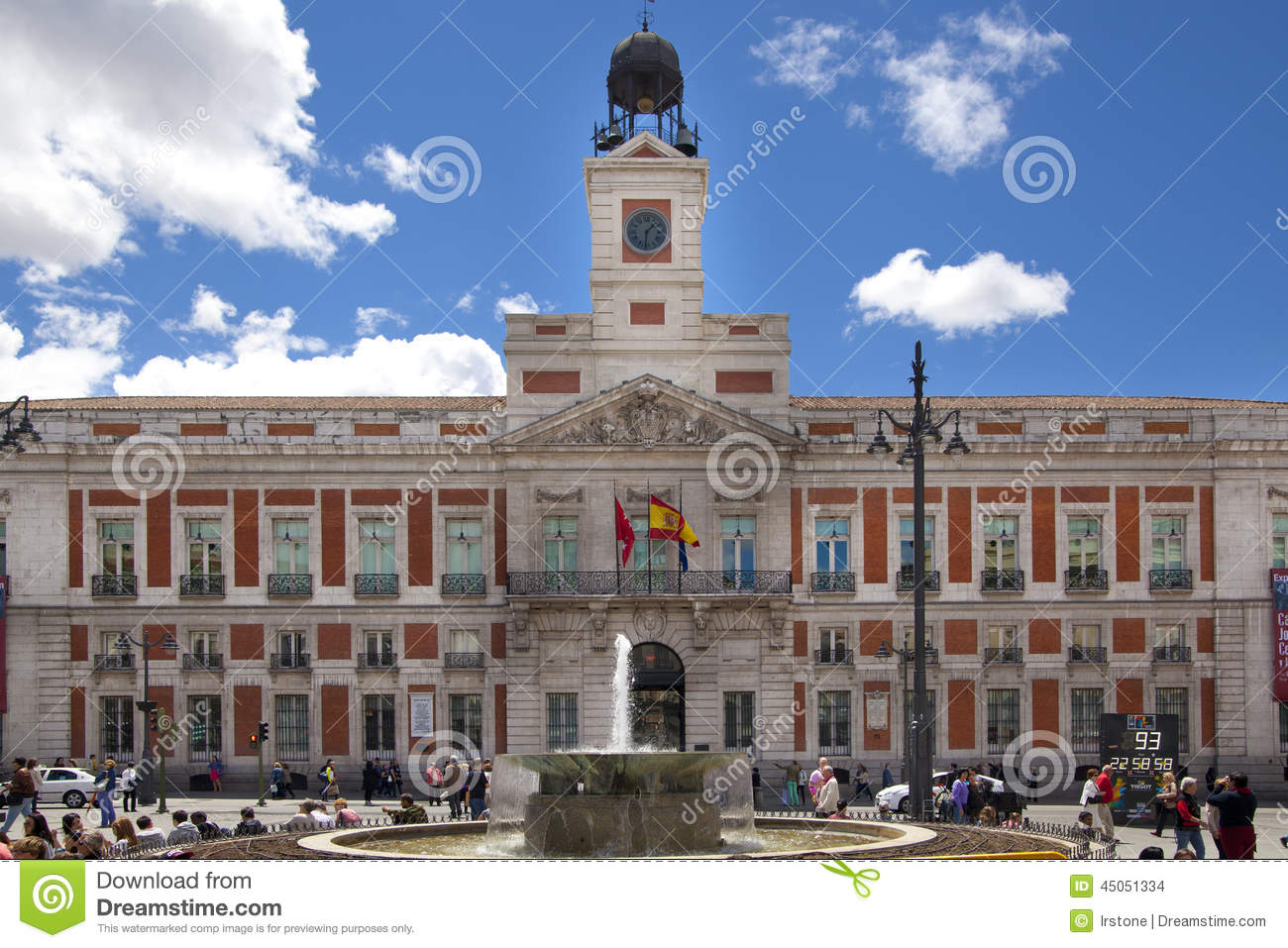 People on puerta del sol square madrid spain editorial for Comer en puerta del sol