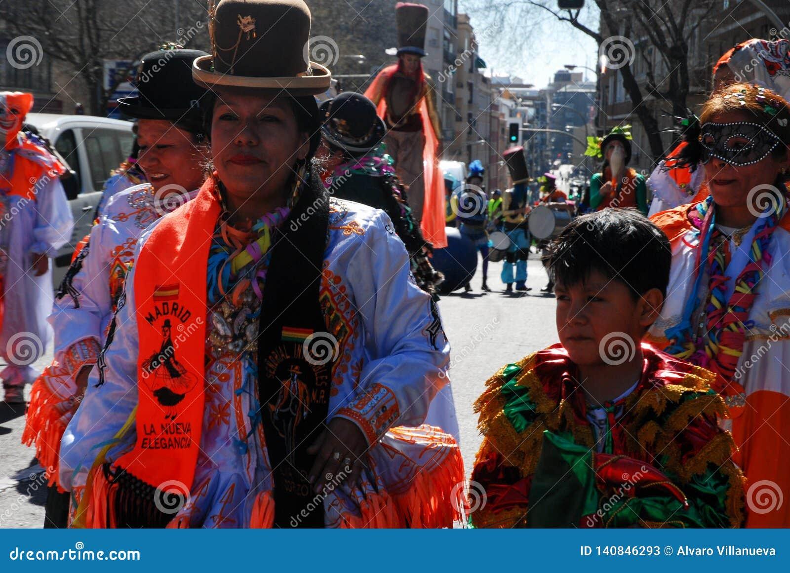 Madrid, Spanien, am 2. März 2019: Karnevalsparade, bolivianische Gruppentänzer mit der traditionellen Kostümausführung