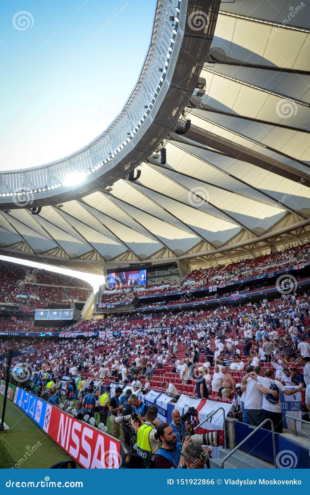 Madrid, Spanien - 1. MAI 2019: Tottenham-Fans in den Ständen stützen das Team während des UEFA Champions League-Endspiels 2019
