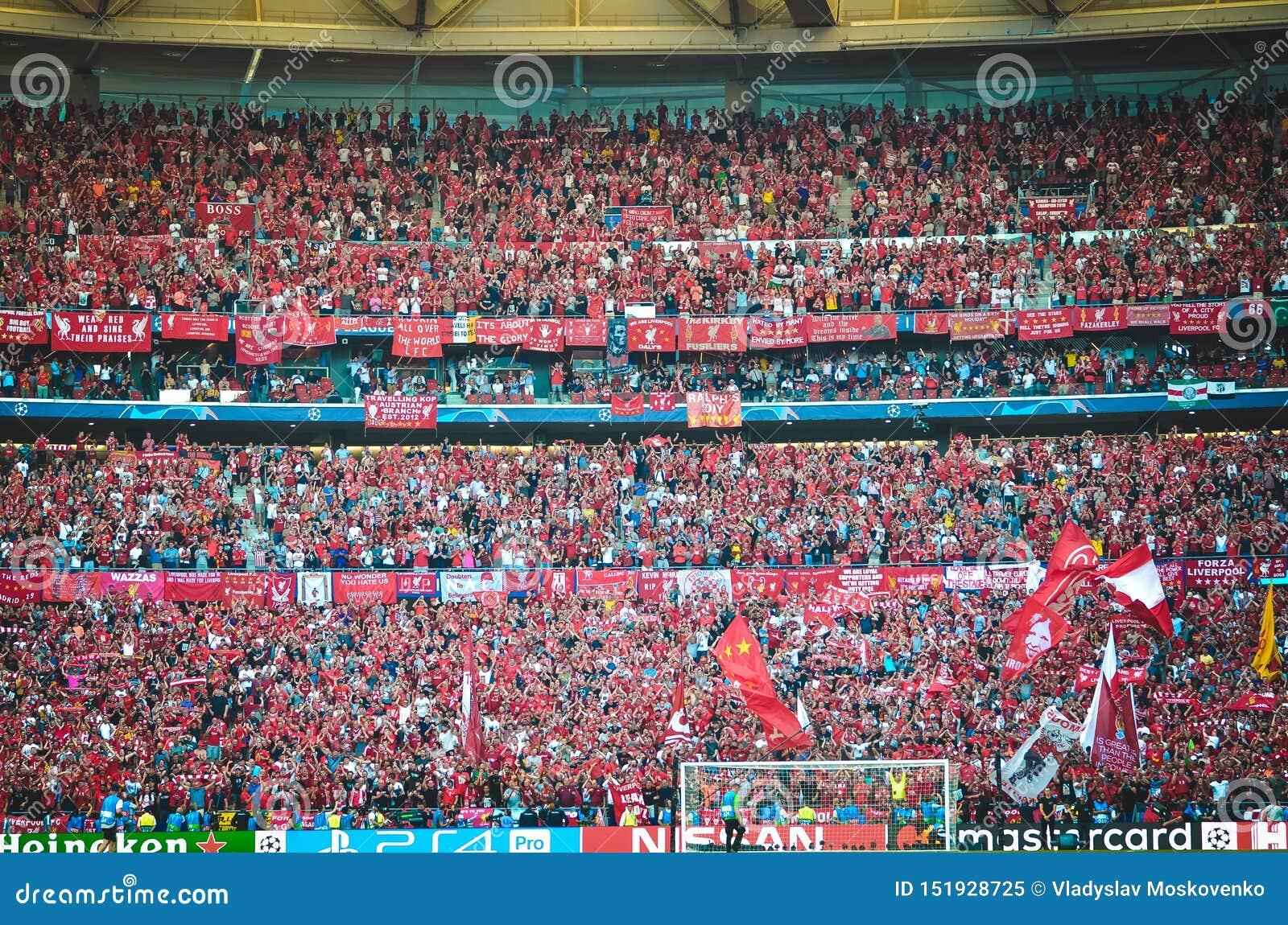 Madrid Spanien - 01 MAJ 2019: Liverpool fans i ställningarna stöttar laget under den UEFA Champions Leaguefinalmatchen 2019