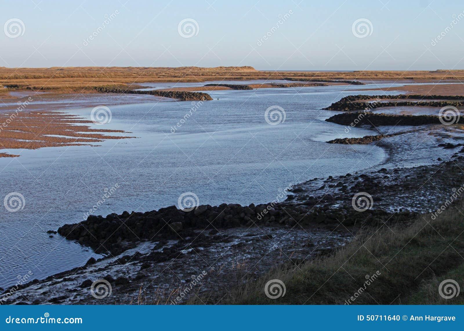 Madrugada, mareas hacia fuera, pasando por alto la región pantanosa