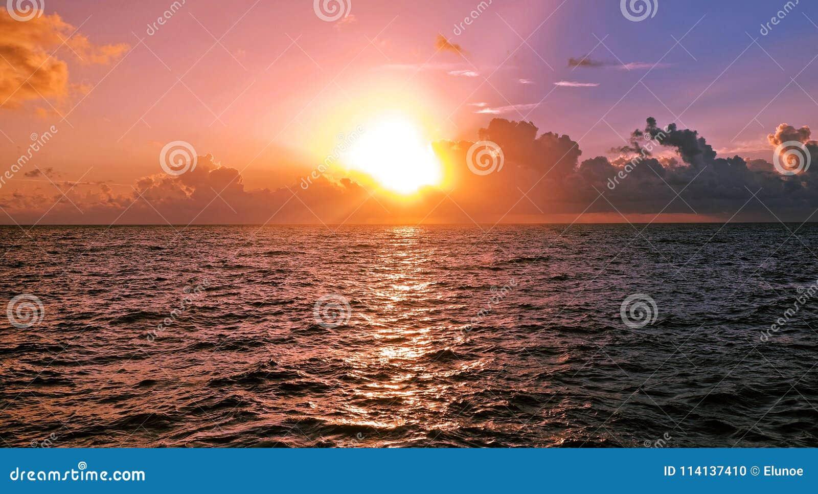 Madrugada sobre el mar del Caribe, la salida del sol y las nubes