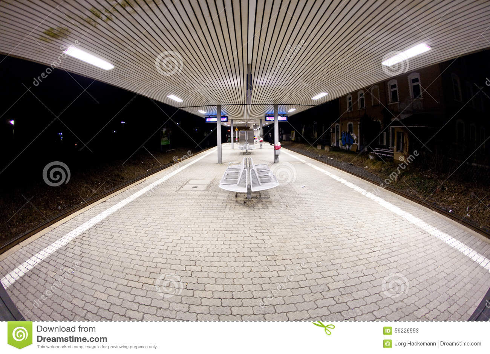 Madrugada vacía de la estación en la oscuridad