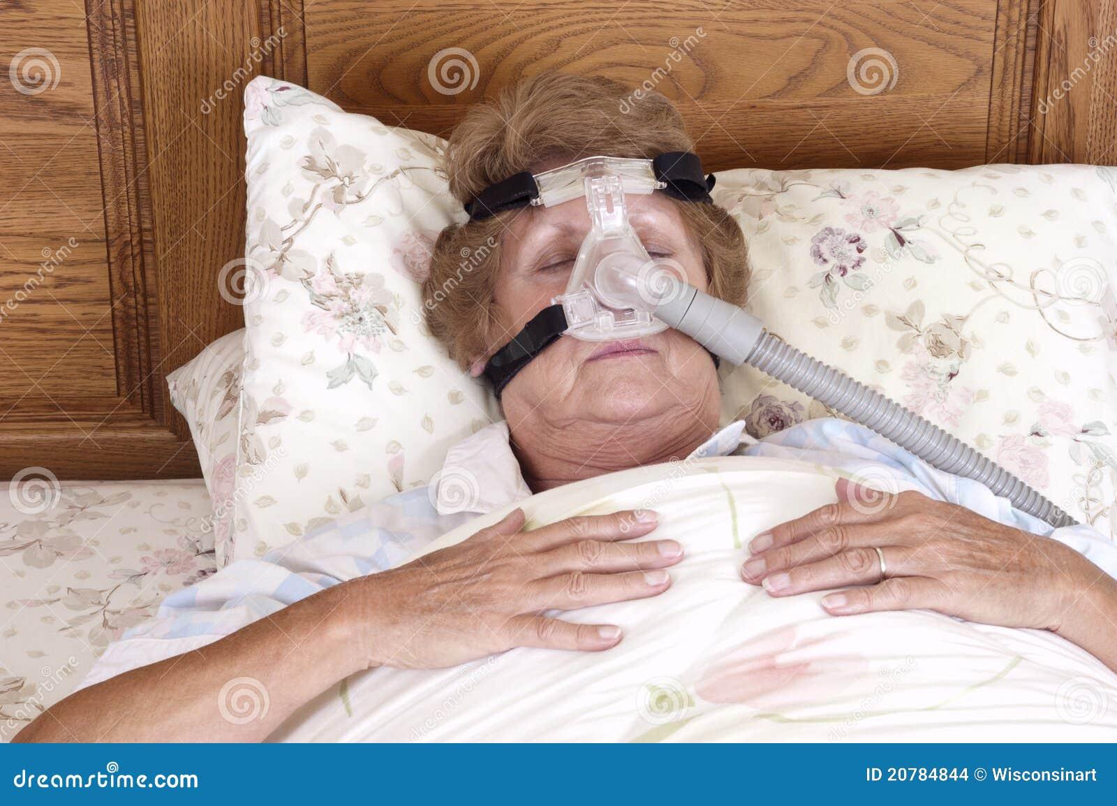 Madure la máquina mayor del Apnea de sueño de la mujer CPAP