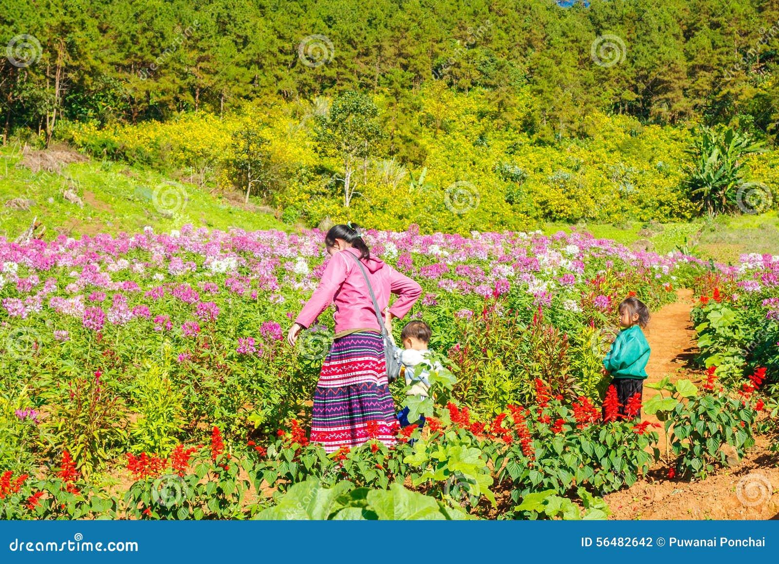 MAEHONGSON TAJLANDIA, NOV, - 11: Niezidentyfikowana A kobieta, childs i