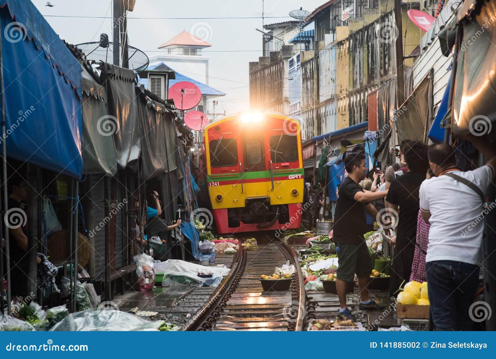 Maeklong kolei rynek, Tajlandia