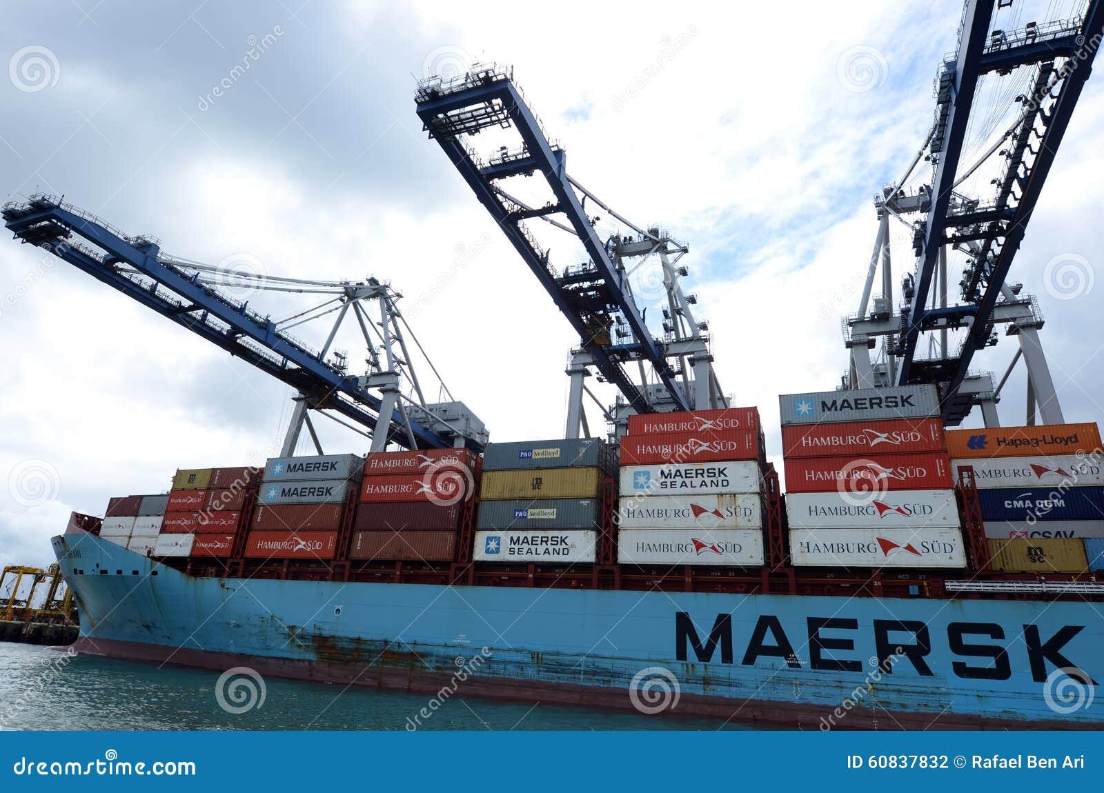 Maersk linje lastfartyg som lastar av behållare i portar av Auckland