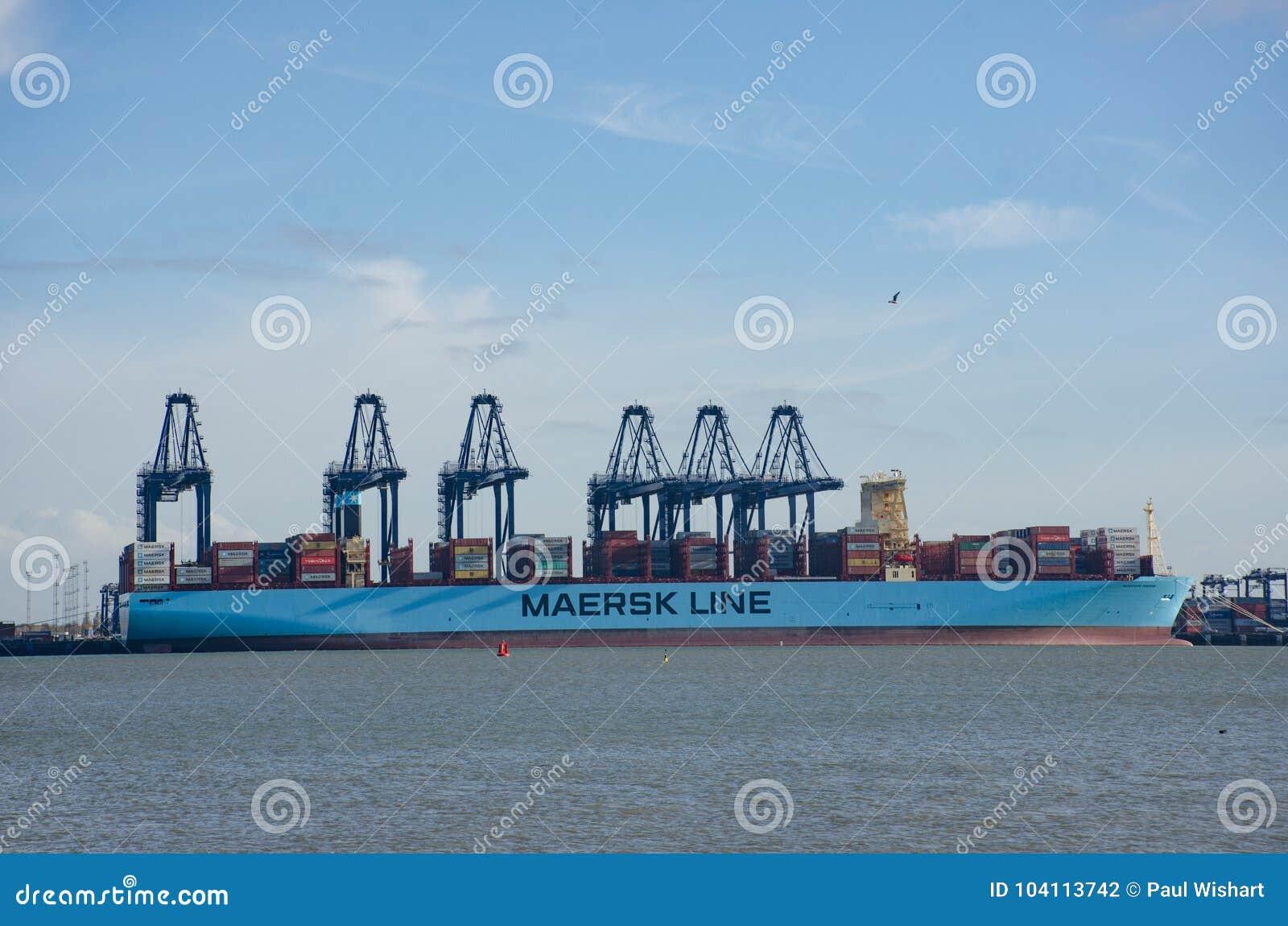 Maersk Wykłada zbiornika statek w porcie przy Flexistowe z żurawiami w tle